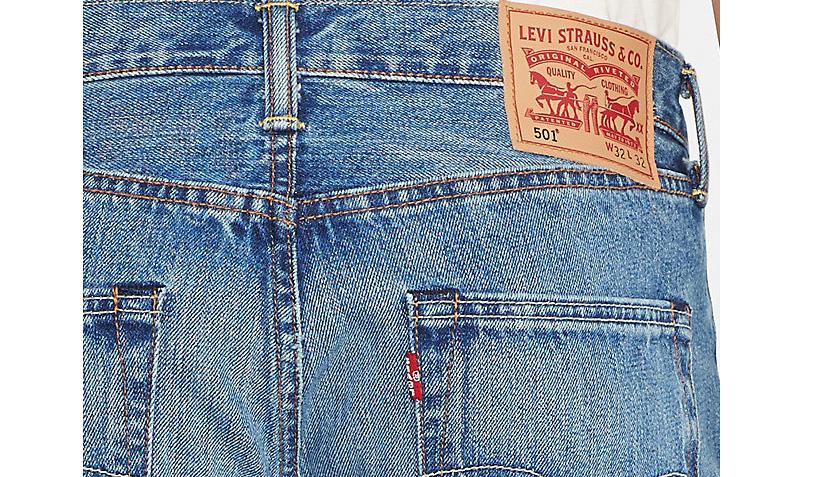 Нашивка на поясе джинсов Levi's