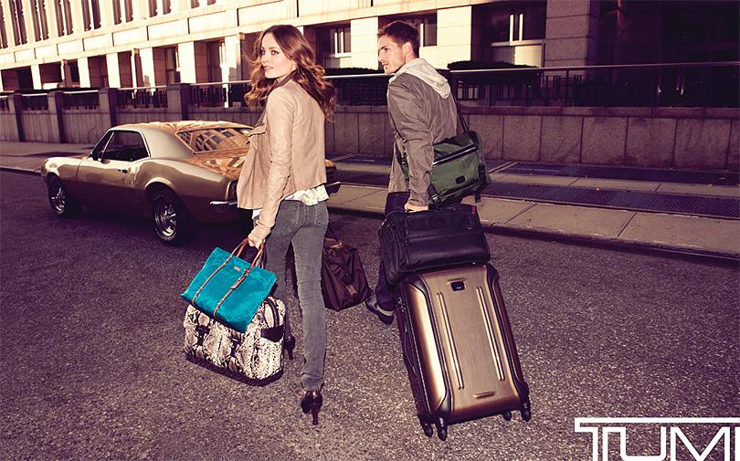 На фото — реклама сумок Tumi