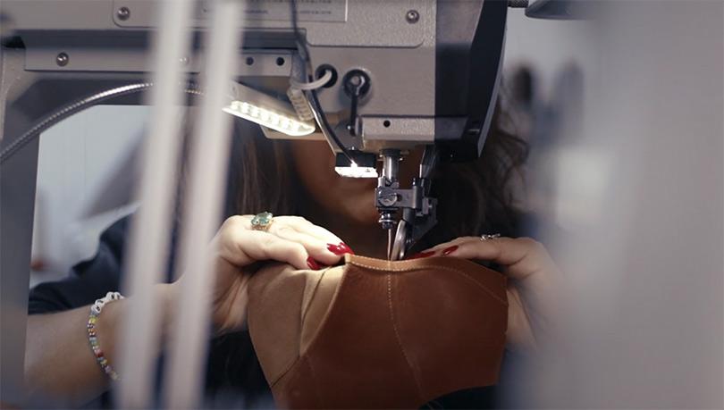 На фото — процесс пошива обуви Vagabond