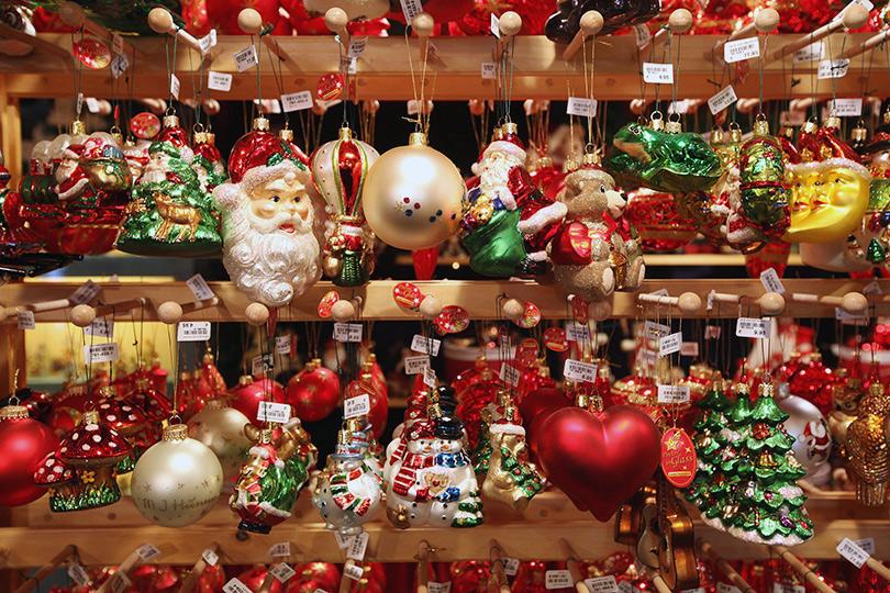 Витрина магазина на рождественскую распродажу